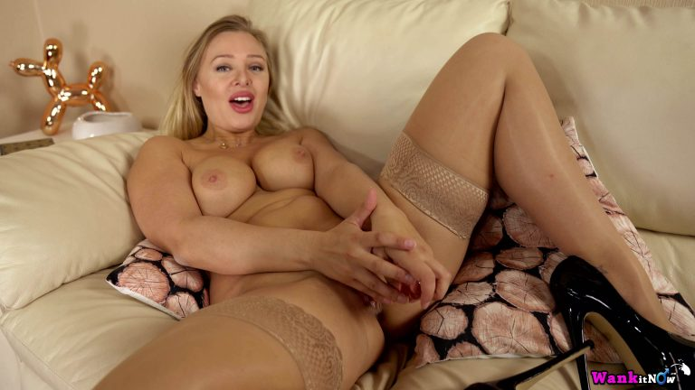 Chubby New Zealand girl in stockings fingers herself on the couch